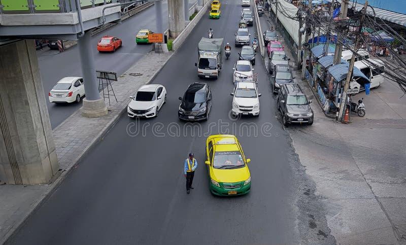 Hohe Winkelsicht des hellen Verkehrs mit Taxis und Autos in Thailand lizenzfreie stockfotos