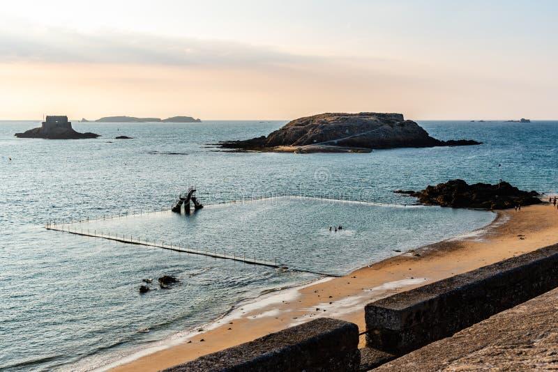 Hohe Winkelsicht des Strandes von Saint Malo stockbilder