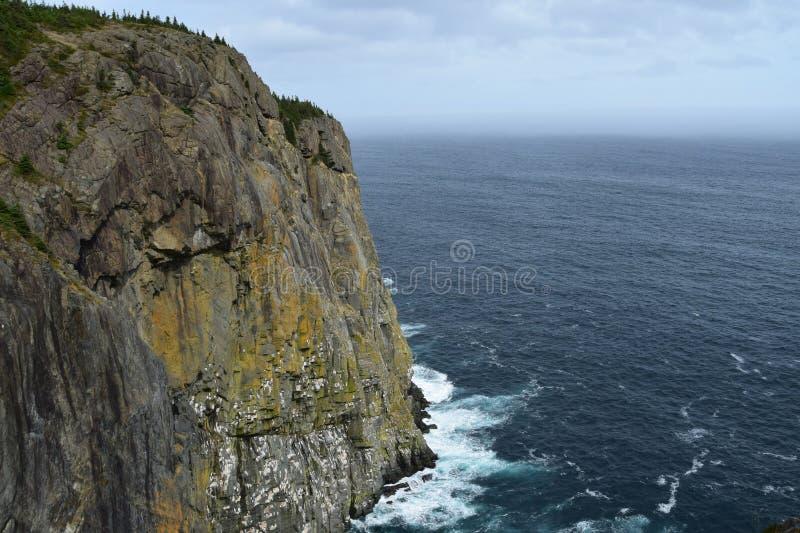 Hohe Winkelsicht hinter einer Klippe in Richtung zum Ozean lizenzfreies stockbild