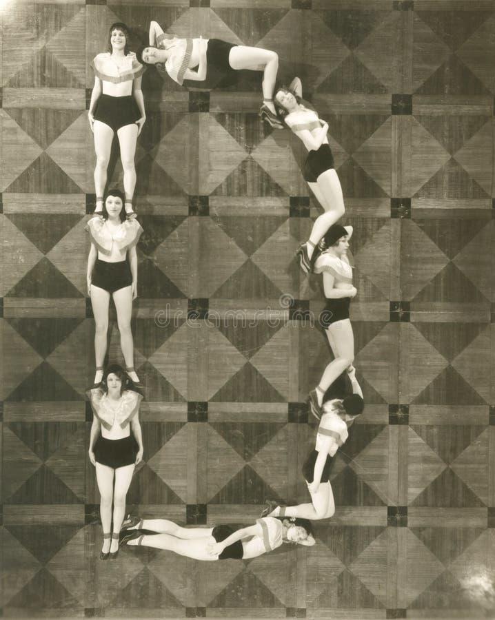 Hohe Winkelsicht von den Frauen, die den Buchstaben D bilden