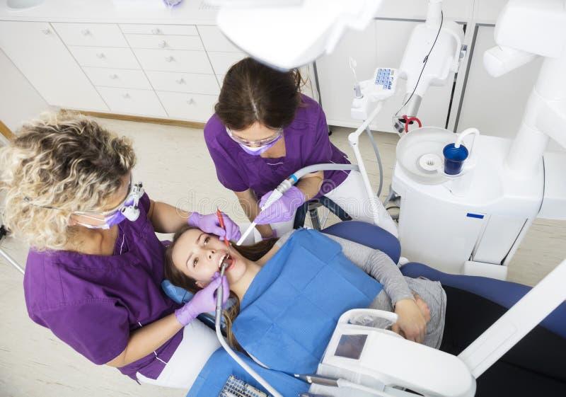 Hohe Winkelsicht von den Zahnärzten, die an den Zähnen des Patienten arbeiten stockfoto
