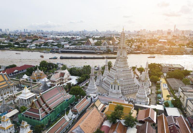Hohe Winkelsicht von Wat Arun-Tempel und Chao Phraya stockfotos
