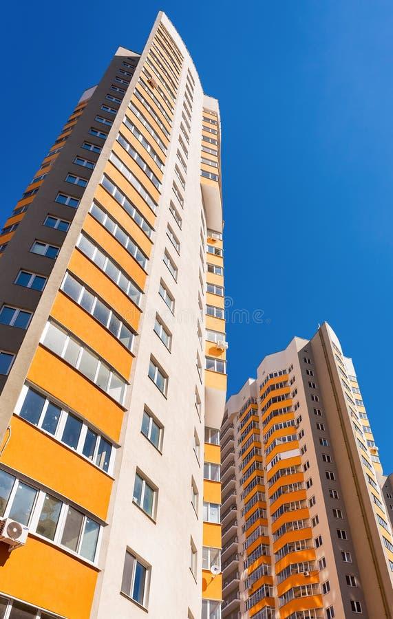 Hohe Wohngebäude im Bau gegen einen blauen Himmel b lizenzfreie stockfotografie