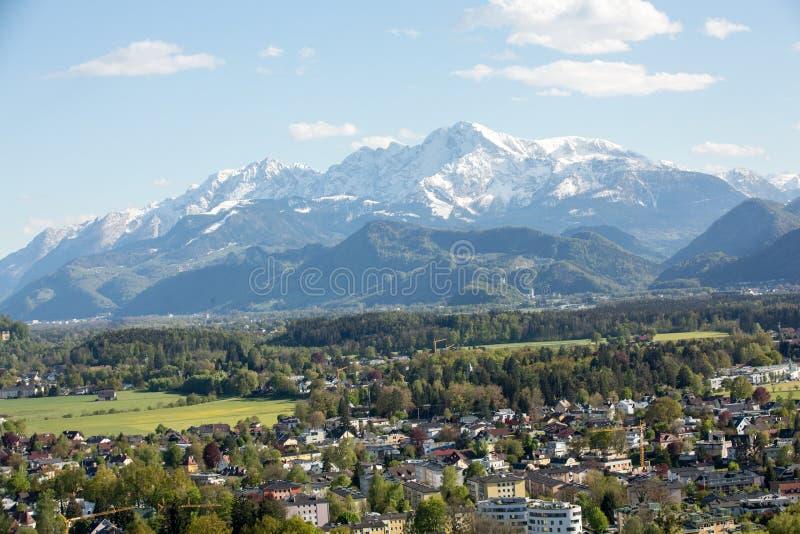 从Hohensalzburg堡垒城堡的顶端空中全景在阿尔卑斯 萨尔茨堡 免版税库存照片