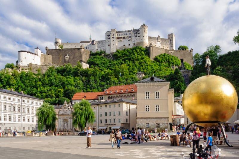 Hohensalzburgkasteel en Kapitelplatz - Salzburg royalty-vrije stock afbeelding
