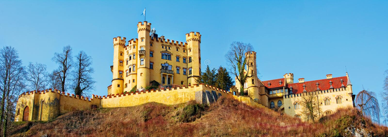Hohenschwangau城堡在德国的巴法力亚阿尔卑斯 全景 免版税库存照片