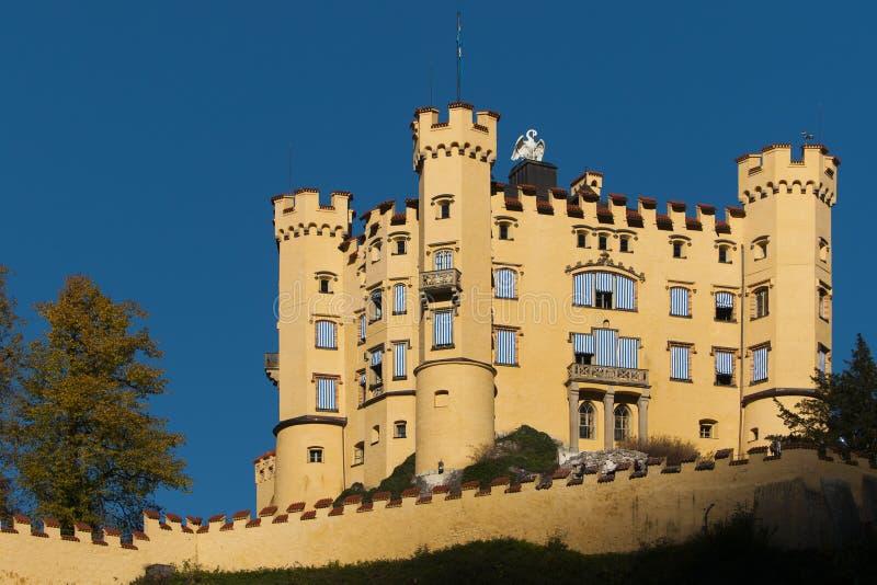 Hohenschwangau do castelo com parede do fortification e foto de stock