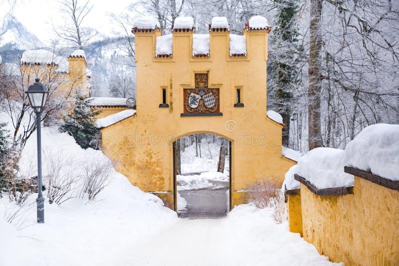 Hohenschwangau fairy-tale castle in Germany, Fussen, Bavaria Bayern Mycket snö Populär turistattraktion arkivbild