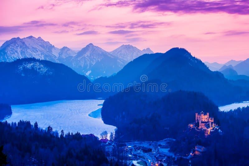 Hohenschwangau kasztel przy nocą w Bawarskich Alps Niemcy zdjęcie stock