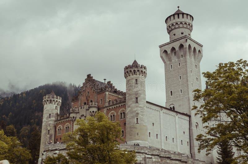 Hohenschwangau Tyskland Maj 24, 2015: Sikt av den Neuschwanstein slotten i Bayern, nära Munich, på en stormig dag arkivbilder