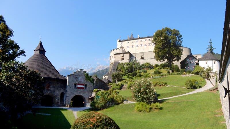Hohenwerfen slott - medeltida befästning - småstad Hohenwerfen - det 11th århundradet - österrikisk stad av den Werfen - Salzach  royaltyfri fotografi