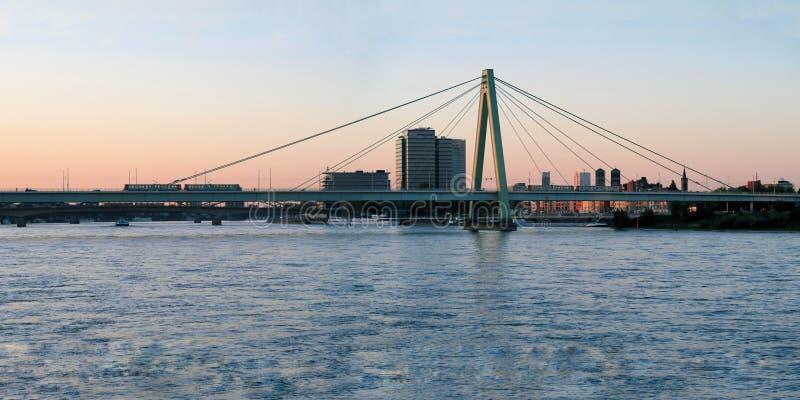 Hohenzollern-Brücke bei Sonnenuntergang in Köln, Deutschland lizenzfreies stockfoto