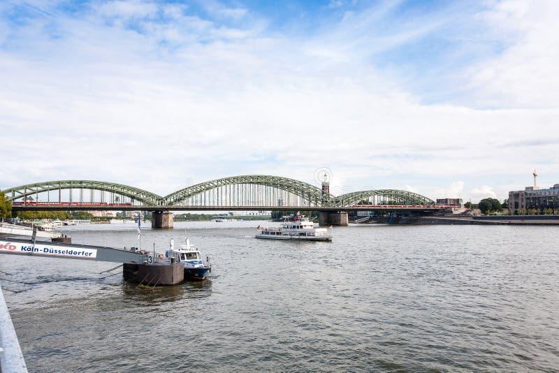 Hohenzollernbrucke over Rijn-rivier in Keulen royalty-vrije stock afbeeldingen