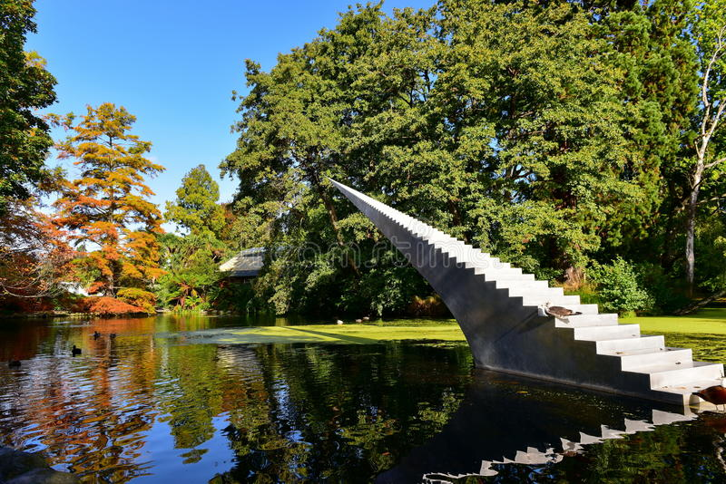 Hoher Baum mit Orange und Gelb verlässt im Herbst, in botanischen Gärten Christchurchs lizenzfreie stockfotos