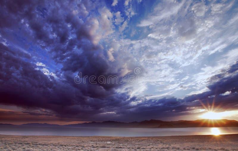 Hoher Desert See-Sonnenaufgang lizenzfreie stockbilder