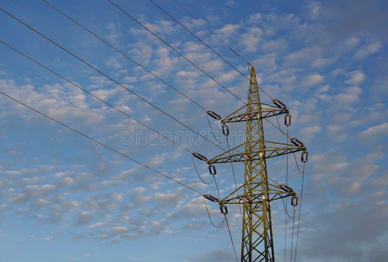 Hoher Elektrischer Pylonführender Hoher Strom Und -spannung Als ...