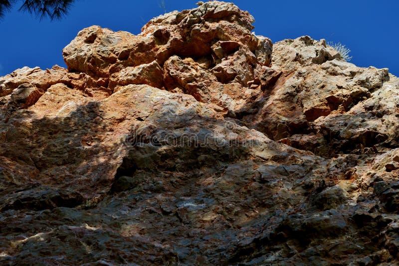 Hoher Felsen von unten nach oben fotografiert nah oben stockfotografie