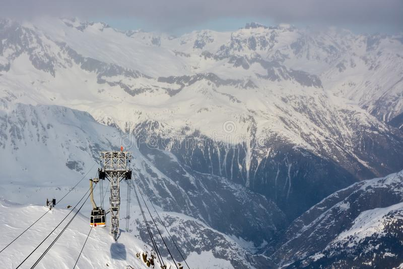 Hoher Gebirgskabelweise, die Skifahrer auf Gemsstock transportiert stockfoto