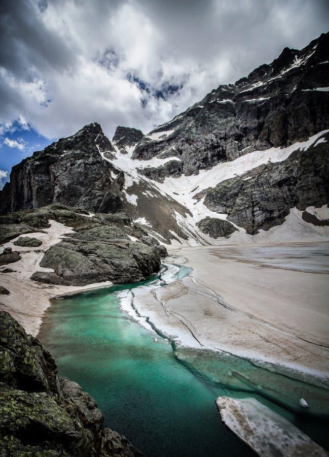 hoher Gebirgssee in den französischen Alpen lizenzfreie stockfotos
