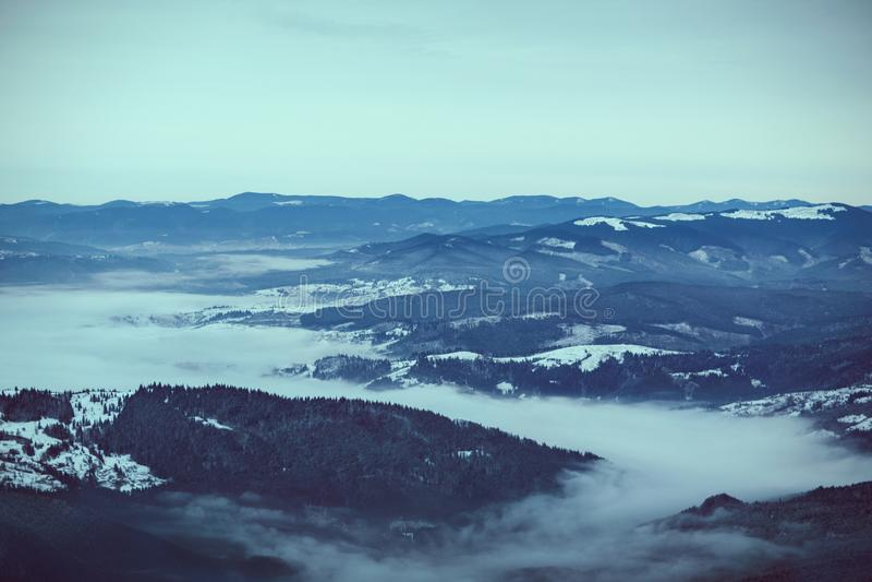 Hoher Gebirgswälder und Hügel, große Ebenen stockfoto