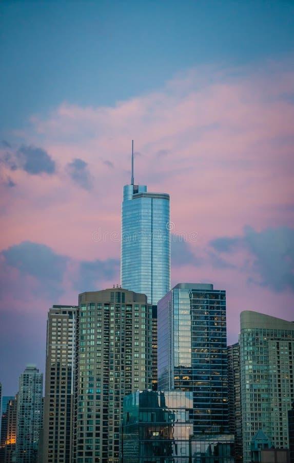 Hoher Geschäftsgebäudewolkenkratzer in Chicago, US, mit schönen rosa Wolken im blauen Himmel stockbilder