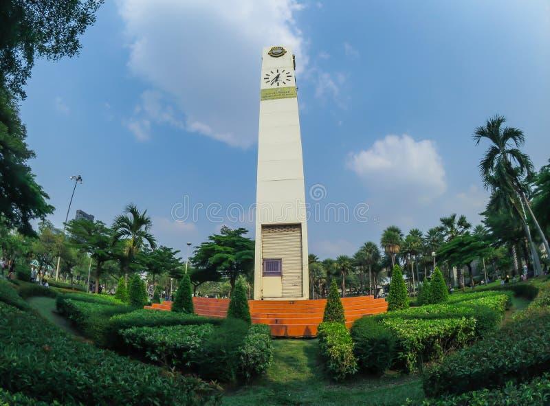 Hoher Glockenturm des weißen Quadrats nannte ` Löweclub Glockenturm ` Stellung als Markstein an chatuchak Park stockbilder