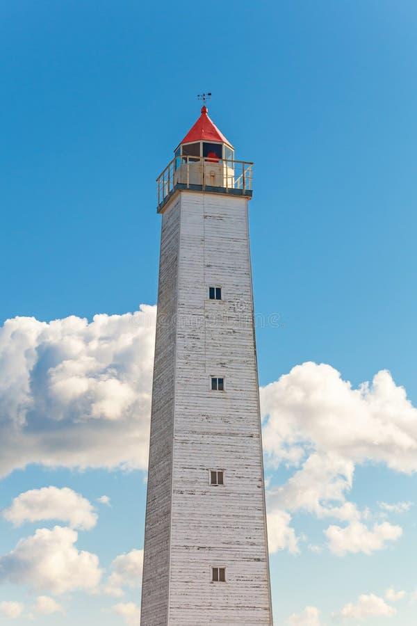 Hoher grauer Leuchtturmturm mit rotem Licht stockbilder