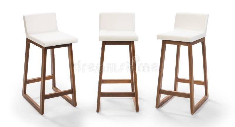 Hoher hölzerner Stuhlsatz lokalisiert auf Weiß, Barhocker lokalisiert auf Weiß, Beschneidungspfad eingeschlossen lizenzfreie stockfotografie