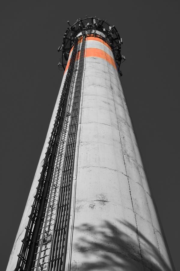 Hoher industrieller konkreter Kaminturm mit Antennen eines mobilen Netzes der zellulären Telekommunikation stockbilder