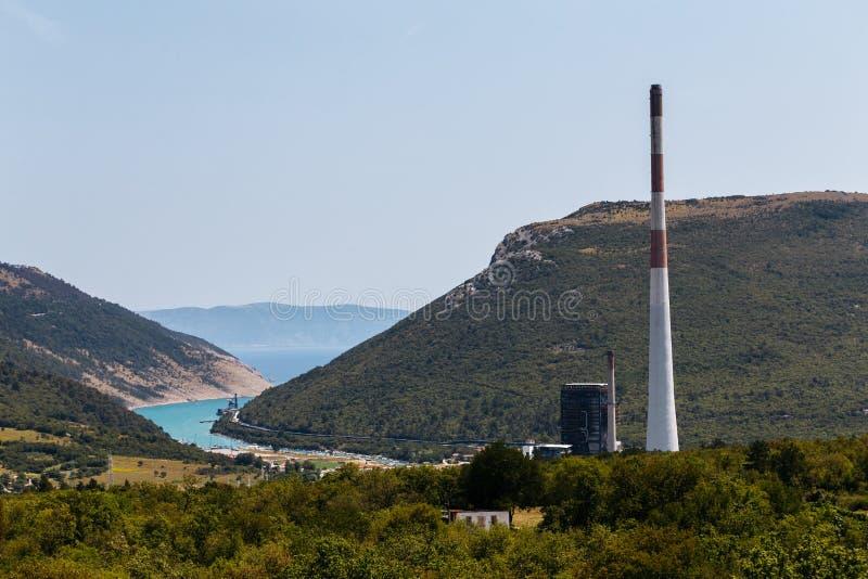 Hoher Kamin der Kohleenergieanlage nahe dem Plomin, Kroatien stockbild