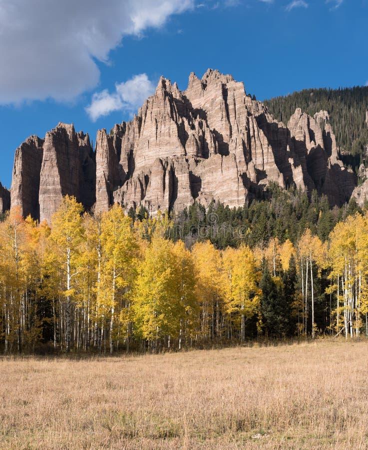 Hoher Mesa Pinnacles in Cimarron-Tal Colorado Früher Fall stockbild