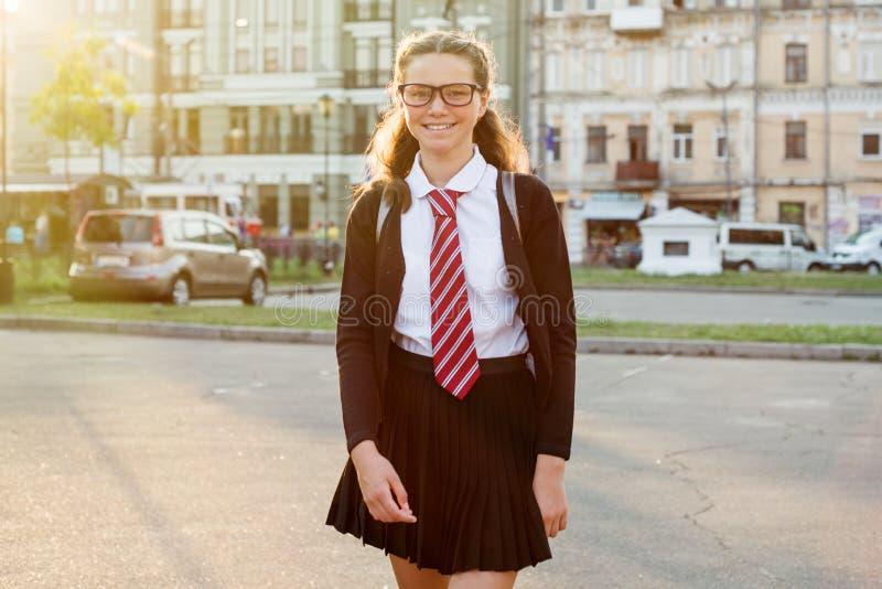 Hoher Schüler des Mädchenjugendlichen in der Stadtstraße lizenzfreie stockbilder