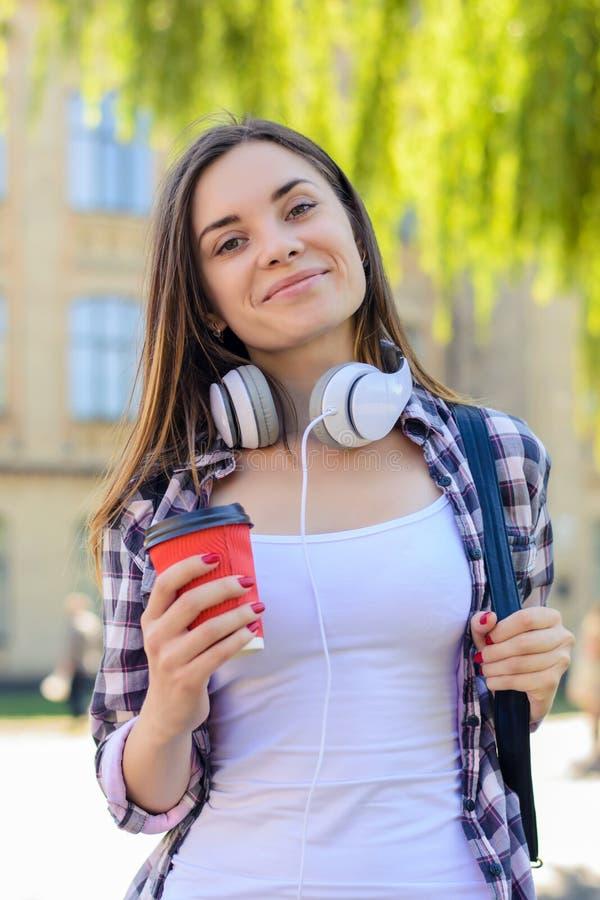 Hoher Schulbildungsstudentencollege-Bruchrest entspannen sich Erholungskonzept Glücklicher netter lächelnder junger Student, der  lizenzfreie stockbilder