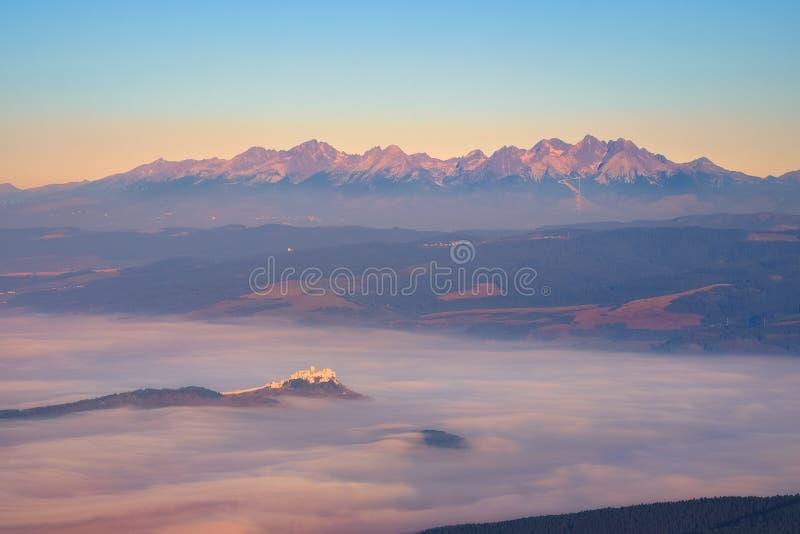 Hoher Tatras Gebirgszug und Spis ziehen sich bei Sonnenaufgang, Slowakei zurück stockbilder