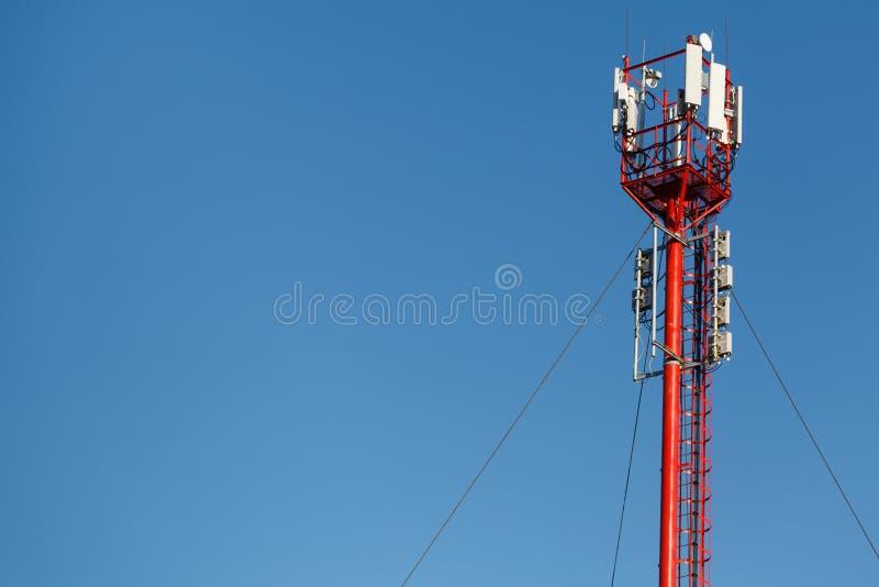 Hoher Telefonturm Schöner Himmel mit Telekommunikation zu lizenzfreie stockfotografie