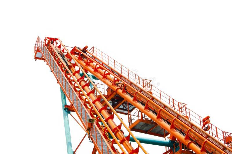 Hoher Turm der orange Achterbahnbahn im Abschluss oben lokalisiert auf weißem Hintergrund lizenzfreie stockfotos
