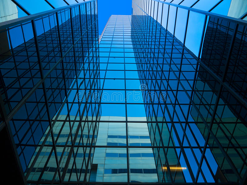 Hoher widergespiegelter Büro-Kontrollturm stockfotografie