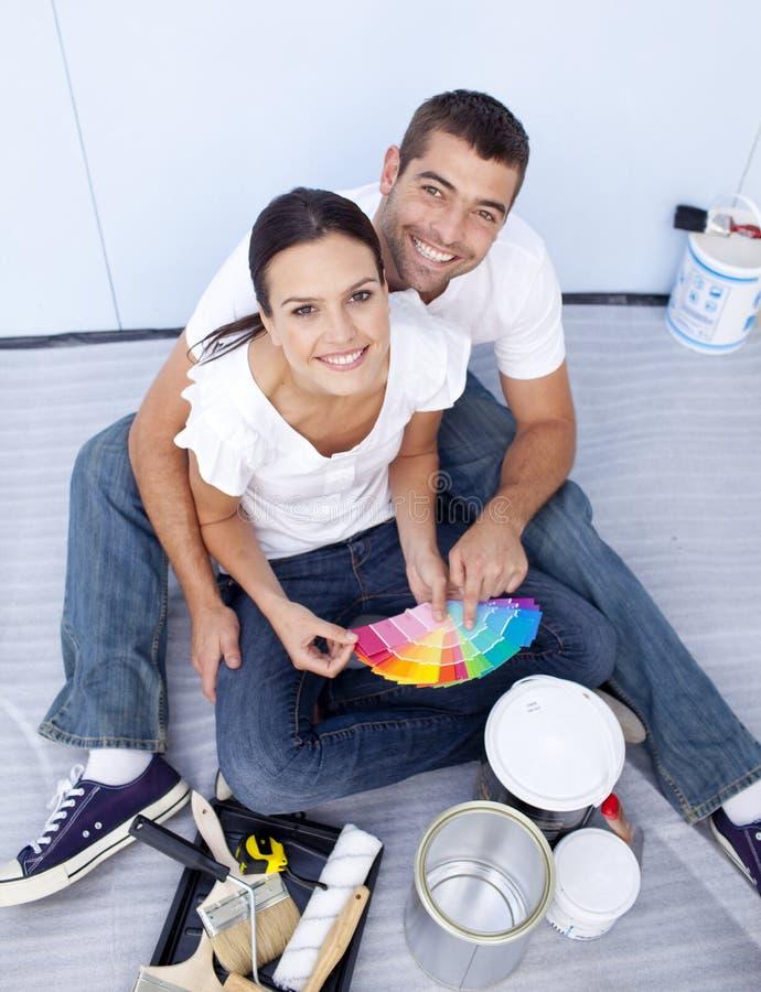 Hoher Winkel der chosing Farben der Paare stockfoto