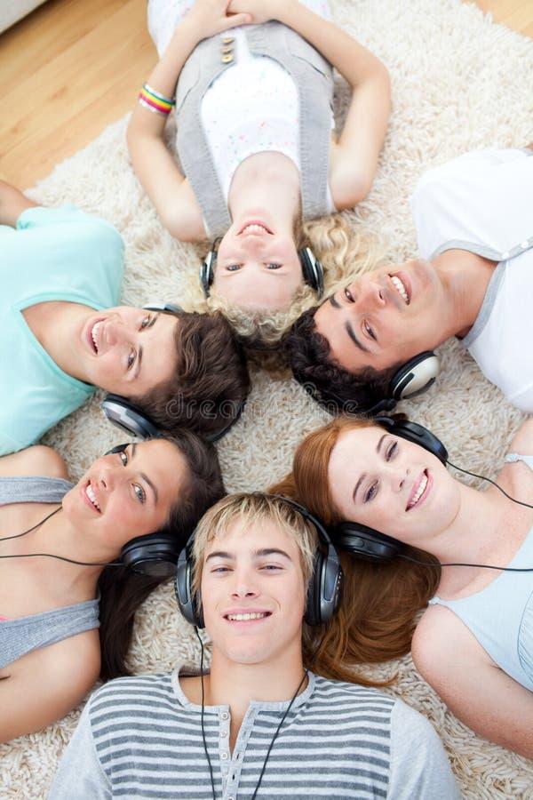 Hoher Winkel der Jugendlichen, die Musik hören stockbilder