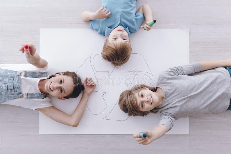Hoher Winkel von lächelnden Kindern lizenzfreie stockfotografie
