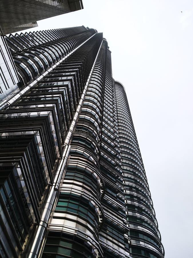 Hoher Wolkenkratzer, der Arxhitechtual-Eigentum errichtet stockbilder