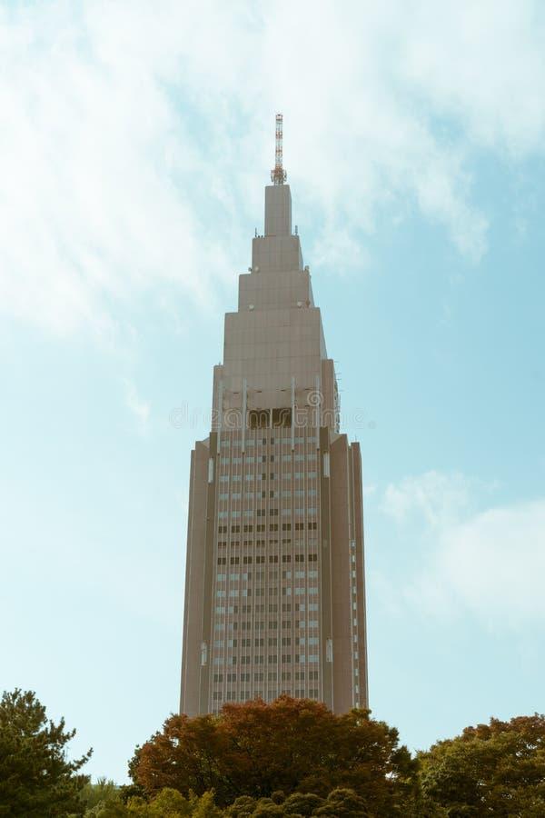 Hoher Wolkenkratzer gesehen von einem Garten in Tokyo, Japan lizenzfreies stockfoto