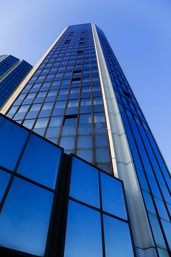 Hoher Wolkenkratzer von unterhalb lizenzfreies stockbild