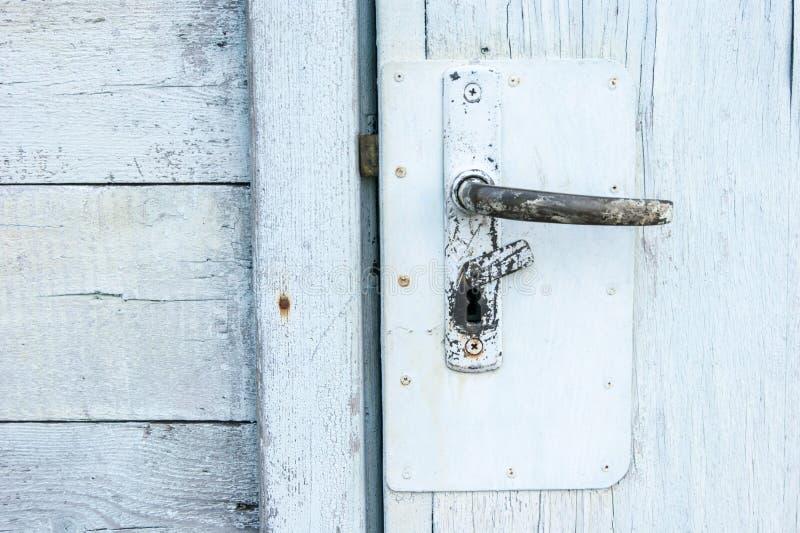 Hohes Alter, Weinlese, schäbiges gemaltes Holz - alte weiße Tür und Metalltürgriff, Eingang stockfotografie