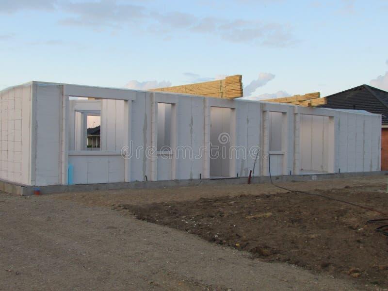 Hohes Anstieggebäude, das steigt Haus im Bau Baugewerbe Moderner Landhausbau lizenzfreies stockfoto