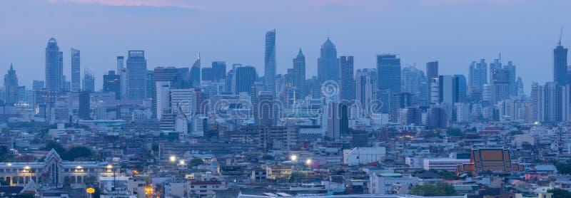 Hohes Aufstiegsbürogebäude das Stadtzentrum von Bangkok An der Dämmerung ist das Licht vom Himmel blau stockbilder