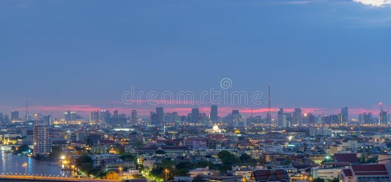 Hohes Aufstiegsbürogebäude das Stadtzentrum von Bangkok An der Dämmerung ist das Licht vom Himmel blau und orange lizenzfreie stockfotos