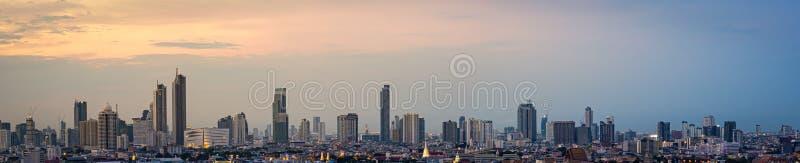Hohes Aufstiegsbürogebäude des Panoramas das Stadtzentrum von Bangkok An der Dämmerung ist das Licht vom Himmel orange lizenzfreie stockfotos