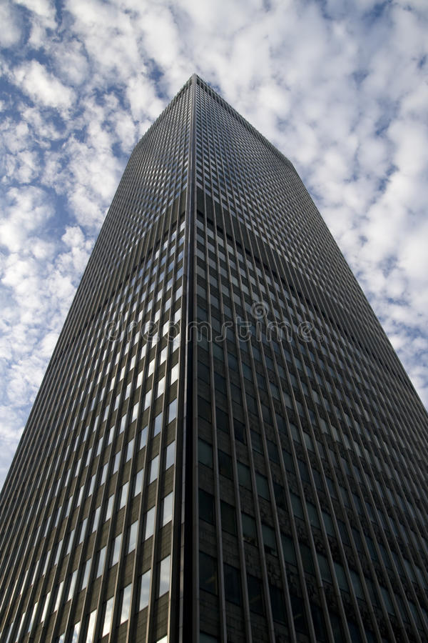 Hohes Gebäude auf bewölktem Himmel stockfotografie