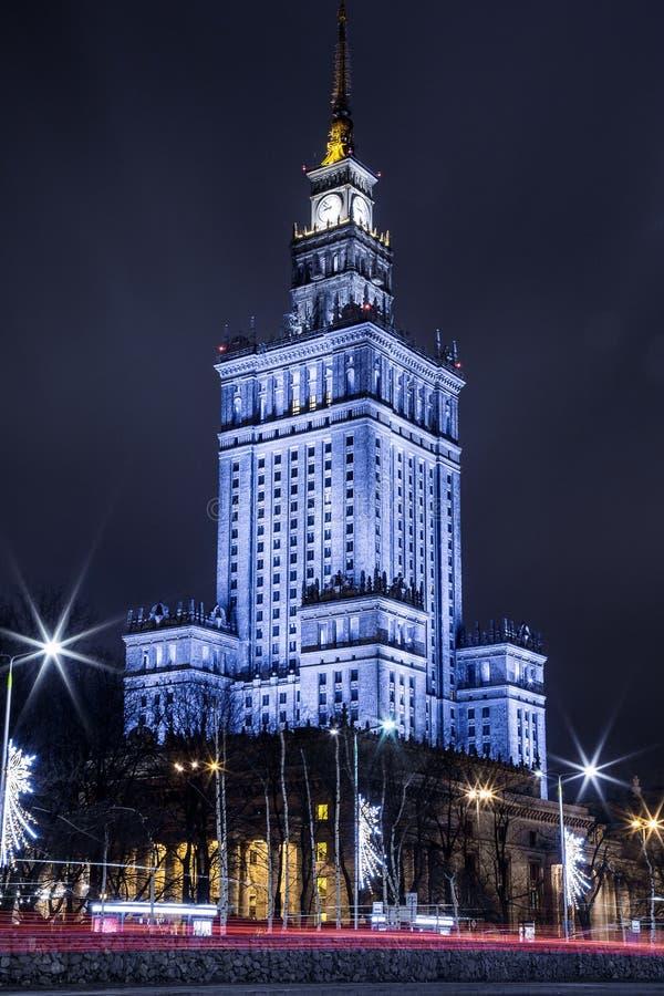Hohes Gebäude Mitte der Warschau-Nachtstadt Warschau polen Polska Palast der Kultur und der Wissenschaft lizenzfreies stockfoto